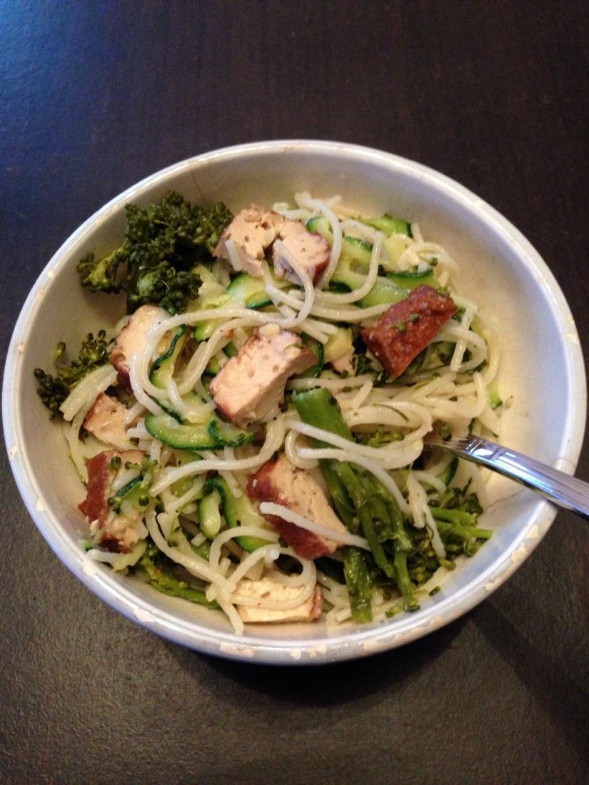 Spaghettis brocolis, courgettes, tofu fumé et sésame….(vegan)